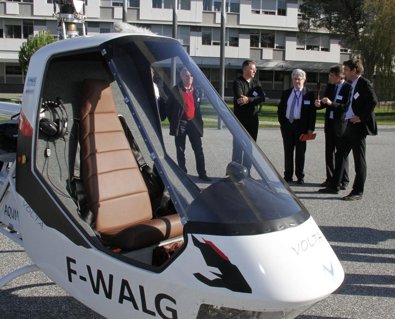 Hélicoptère Volta dans la cour d'honneur de l'ENAC